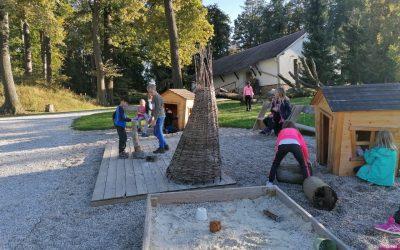 Tretješolci, mali pohodniki, v Botaničnem vrtu Pivola